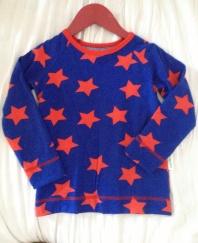 Långärmad t-shirt I Raglanmodell i blått tyg med röda stjärnor stl 98